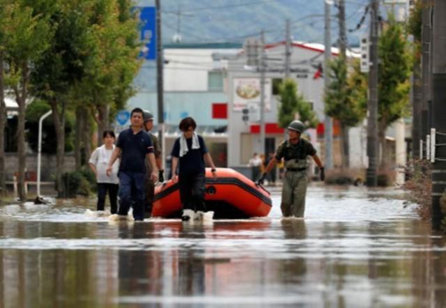 Những hình ảnh về trận mưa lũ lịch sử ở Nhật Bản - Ảnh 5.