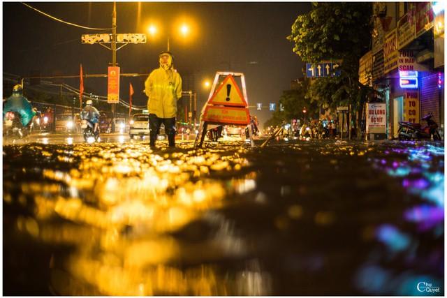 Bức ảnh Người canh tử thần trong đêm ngập kinh hoàng ở Hà Nội gây xúc động - Ảnh 4.