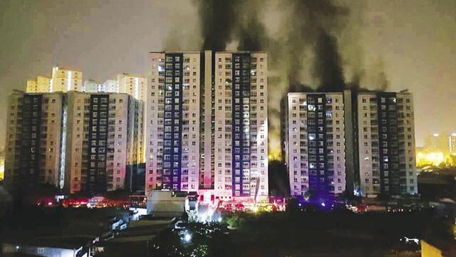Chung cư Carina đổi màu áo từ xanh sang vàng, cư dân vẫn chưa thể về nhà sau vụ cháy thảm khốc 13 người chết - Ảnh 1.