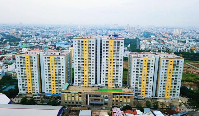 Chung cư Carina đổi màu áo từ xanh sang vàng, cư dân vẫn chưa thể về nhà sau vụ cháy thảm khốc 13 người chết - Ảnh 2.