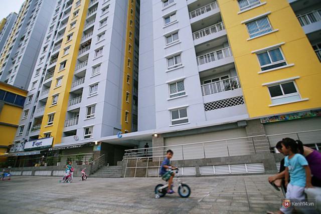 Chung cư Carina đổi màu áo từ xanh sang vàng, cư dân vẫn chưa thể về nhà sau vụ cháy thảm khốc 13 người chết - Ảnh 14.