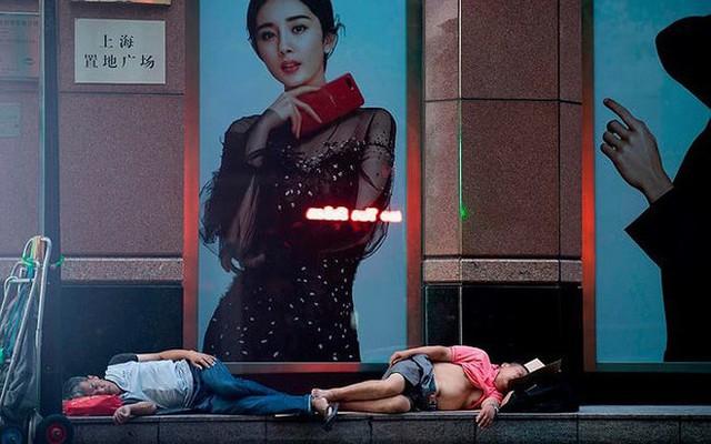 """Ảnh: Thượng Hải nóng """"như lò lửa"""", người dân phải đổ ra đường ngủ - Ảnh 1."""