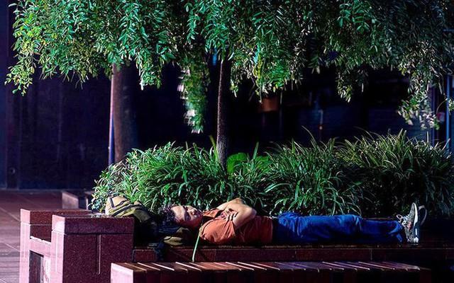 """Ảnh: Thượng Hải nóng """"như lò lửa"""", người dân phải đổ ra đường ngủ - Ảnh 4."""