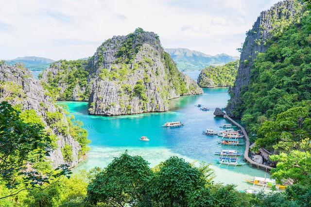 Chẳng cần đi đâu xa, 8 hòn đảo xinh đẹp ngay cạnh Việt Nam này bạn phải đi ít nhất một lần trong đời - Ảnh 3.