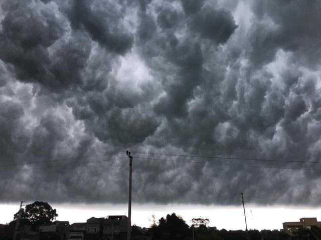 Hình ảnh bầu trời Hà Nội ấn tượng trong cơn dông, nhiều người hối hả về nhà tránh mưa lớn - Ảnh 1.