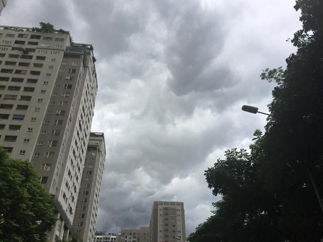 Hình ảnh bầu trời Hà Nội ấn tượng trong cơn dông, nhiều người hối hả về nhà tránh mưa lớn - Ảnh 4.