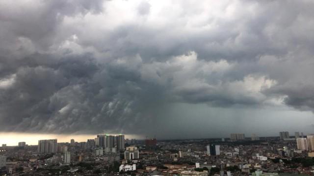 Hình ảnh bầu trời Hà Nội ấn tượng trong cơn dông, nhiều người hối hả về nhà tránh mưa lớn - Ảnh 6.