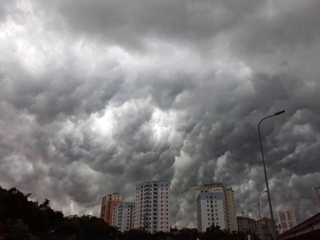 Hình ảnh bầu trời Hà Nội ấn tượng trong cơn dông, nhiều người hối hả về nhà tránh mưa lớn - Ảnh 11.