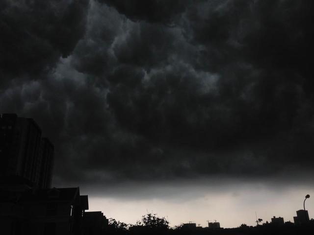 Hình ảnh bầu trời Hà Nội ấn tượng trong cơn dông, nhiều người hối hả về nhà tránh mưa lớn - Ảnh 8.