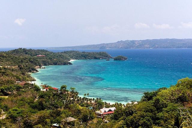 Chẳng cần đi đâu xa, 8 hòn đảo xinh đẹp ngay cạnh Việt Nam này bạn phải đi ít nhất một lần trong đời - Ảnh 2.