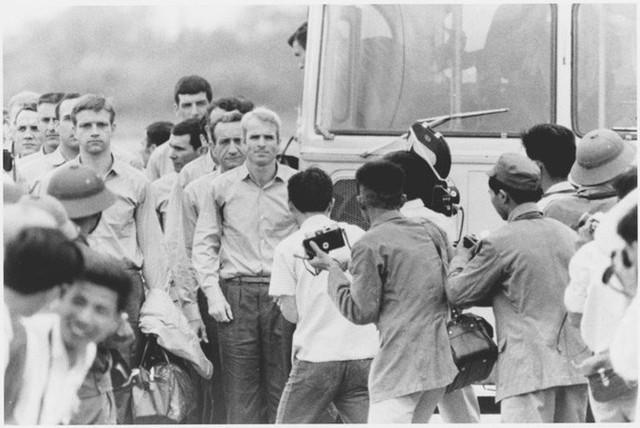 Những cột mốc đáng nhớ trong cuộc đời Thượng nghị sĩ McCain - Ảnh 3.