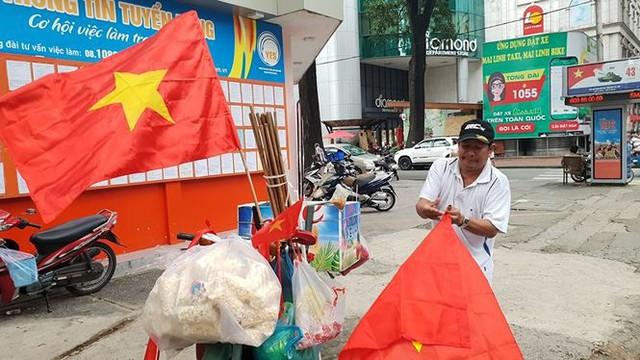 Đường phố Sài Gòn tràn ngập cờ hoa trước trận Việt Nam - Syria - Ảnh 1.