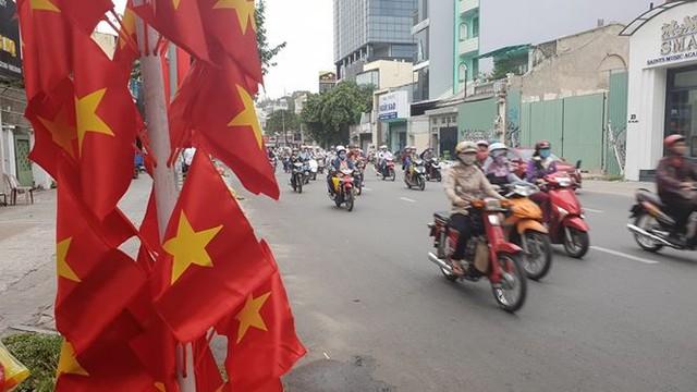 Đường phố Sài Gòn tràn ngập cờ hoa trước trận Việt Nam - Syria - Ảnh 12.