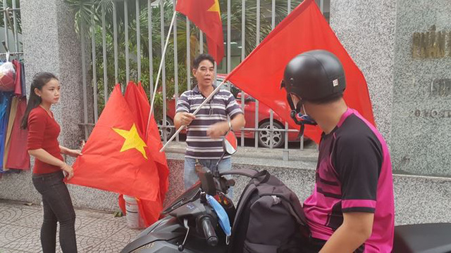 Đường phố Sài Gòn tràn ngập cờ hoa trước trận Việt Nam - Syria - Ảnh 13.