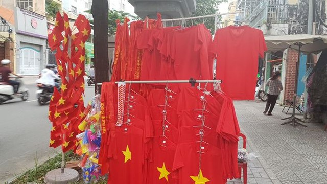 Đường phố Sài Gòn tràn ngập cờ hoa trước trận Việt Nam - Syria - Ảnh 14.