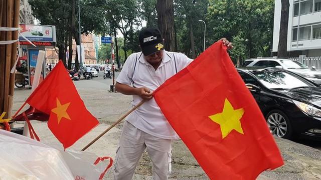 Đường phố Sài Gòn tràn ngập cờ hoa trước trận Việt Nam - Syria - Ảnh 15.