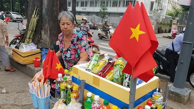 Đường phố Sài Gòn tràn ngập cờ hoa trước trận Việt Nam - Syria - Ảnh 16.
