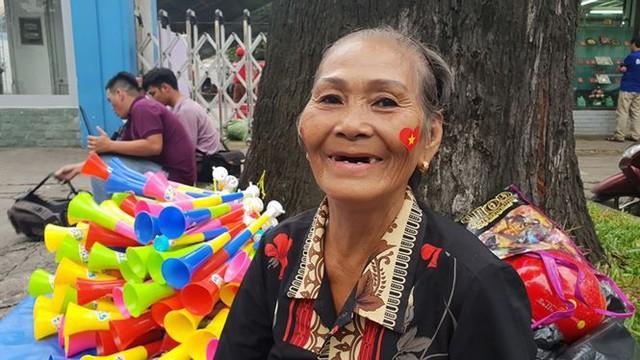 Đường phố Sài Gòn tràn ngập cờ hoa trước trận Việt Nam - Syria - Ảnh 17.