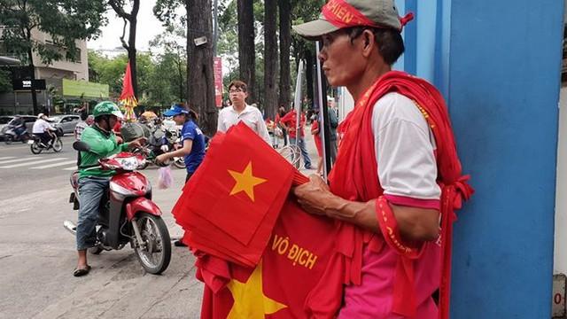 Đường phố Sài Gòn tràn ngập cờ hoa trước trận Việt Nam - Syria - Ảnh 18.