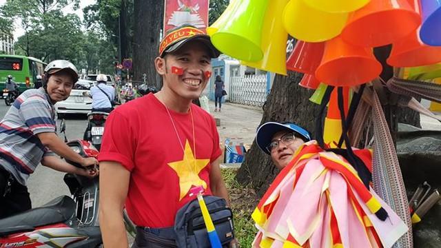 Đường phố Sài Gòn tràn ngập cờ hoa trước trận Việt Nam - Syria - Ảnh 2.