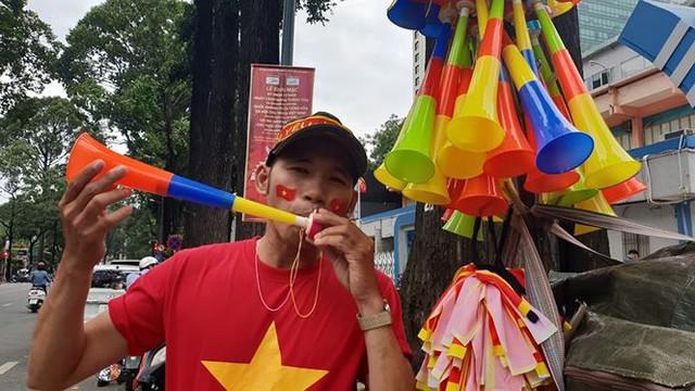 Đường phố Sài Gòn tràn ngập cờ hoa trước trận Việt Nam - Syria - Ảnh 3.