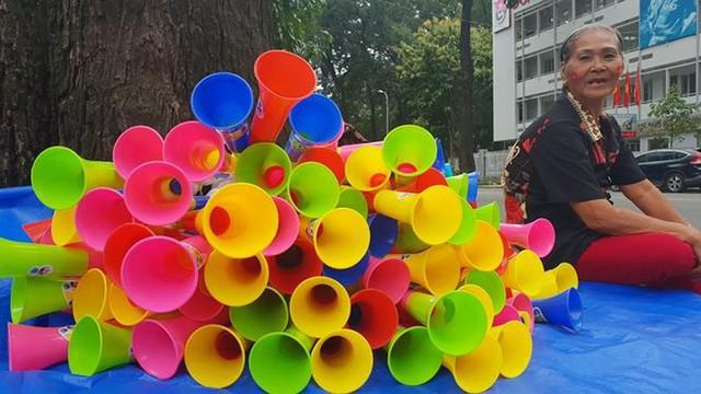 Đường phố Sài Gòn tràn ngập cờ hoa trước trận Việt Nam - Syria - Ảnh 4.