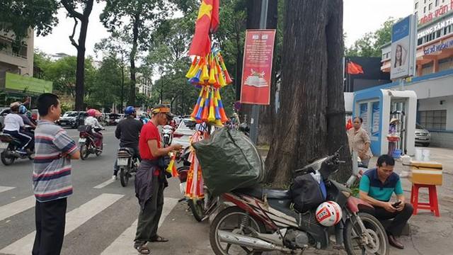 Đường phố Sài Gòn tràn ngập cờ hoa trước trận Việt Nam - Syria - Ảnh 6.