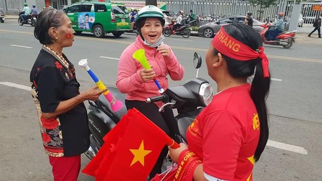 Đường phố Sài Gòn tràn ngập cờ hoa trước trận Việt Nam - Syria - Ảnh 7.