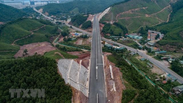 Toàn cảnh tuyến xa lộ Hạ Long-Vân Đồn nhìn từ trên cao - Ảnh 1.
