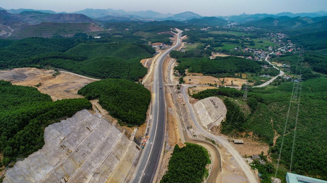 Toàn cảnh tuyến xa lộ Hạ Long-Vân Đồn nhìn từ trên cao - Ảnh 2.