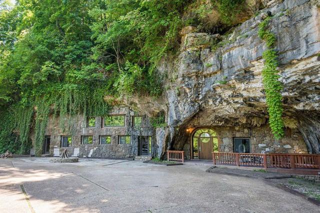 Hang động sang trọng nhất thế giới đang được rao bán với giá 58 tỷ đồng, bên ngoài hoang sơ bên trong mới thật sự bất ngờ - Ảnh 1.