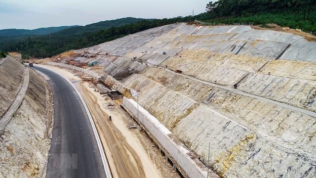 Toàn cảnh tuyến xa lộ Hạ Long-Vân Đồn nhìn từ trên cao - Ảnh 3.