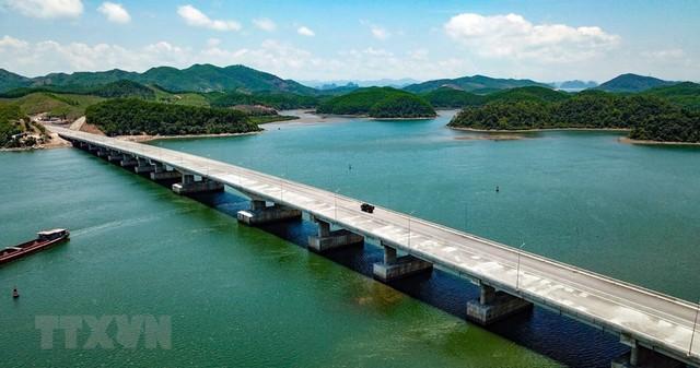 Toàn cảnh tuyến xa lộ Hạ Long-Vân Đồn nhìn từ trên cao - Ảnh 4.
