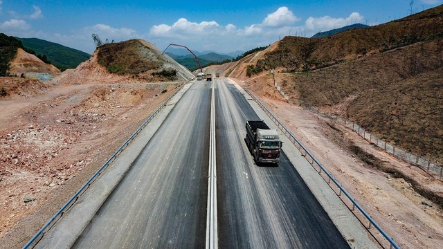 Toàn cảnh tuyến xa lộ Hạ Long-Vân Đồn nhìn từ trên cao - Ảnh 5.