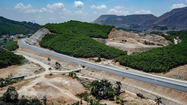 Toàn cảnh tuyến xa lộ Hạ Long-Vân Đồn nhìn từ trên cao - Ảnh 6.