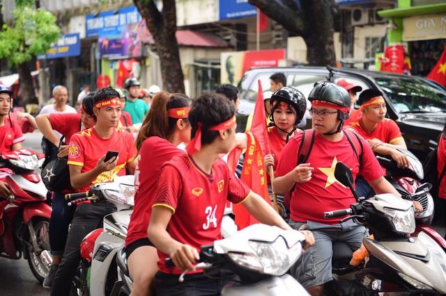 Ít phút trước trận bán kết ASIAD 2018 Việt Nam - Hàn Quốc, cổ động viên cả nước đồng lòng hướng về thầy trò ông Park - Ảnh 7.
