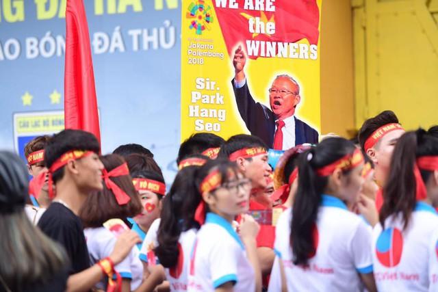 Ít phút trước trận bán kết ASIAD 2018 Việt Nam - Hàn Quốc, cổ động viên cả nước đồng lòng hướng về thầy trò ông Park - Ảnh 5.