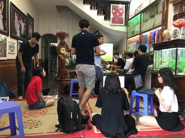 Cổ động viên đến nhà Quang Hải từ sớm để theo dõi trận Olympic Việt Nam gặp Olympic Hàn Quốc  - Ảnh 1.