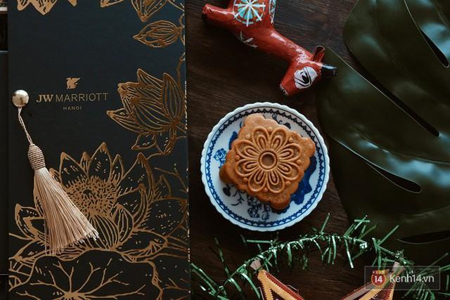 Đập hộp những chiếc bánh Trung thu của các khách sạn nổi tiếng bậc nhất tại Hà Nội - Ảnh 18.