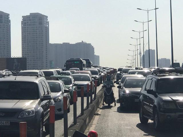 """Xe bồn """"làm xiếc"""" trên cầu Sài Gòn gây ùn tắc hàng cây số - Ảnh 3."""