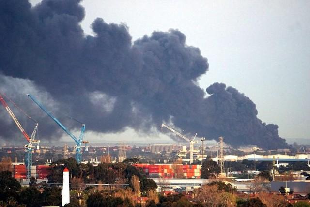 Australia: Cháy lớn sau nổ ở Melbourne, đô thị chìm trong khói độc - Ảnh 1.