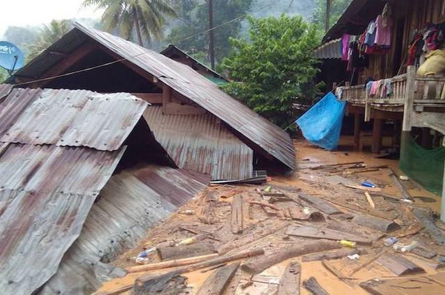 Nhà bị nước lũ nuốt chửng, người dân nháo nhác tháo cửa mang lên đường cất - Ảnh 3.