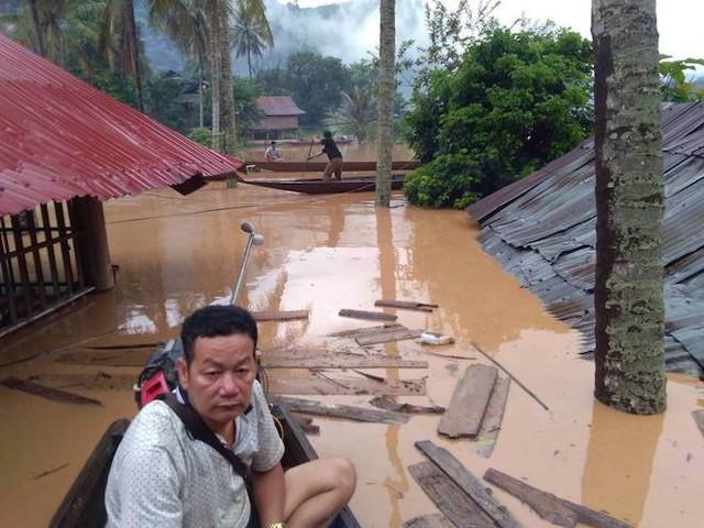 Nhà bị nước lũ nuốt chửng, người dân nháo nhác tháo cửa mang lên đường cất - Ảnh 4.