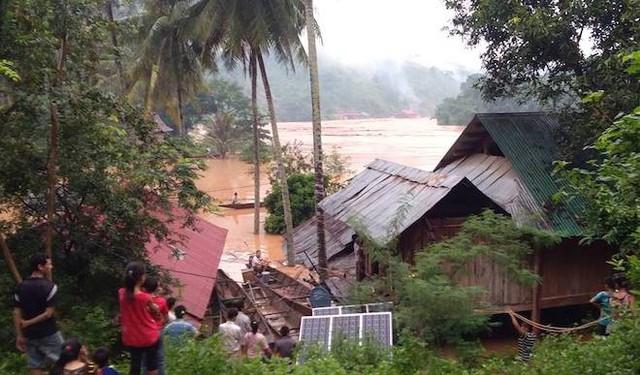 Nhà bị nước lũ nuốt chửng, người dân nháo nhác tháo cửa mang lên đường cất - Ảnh 5.