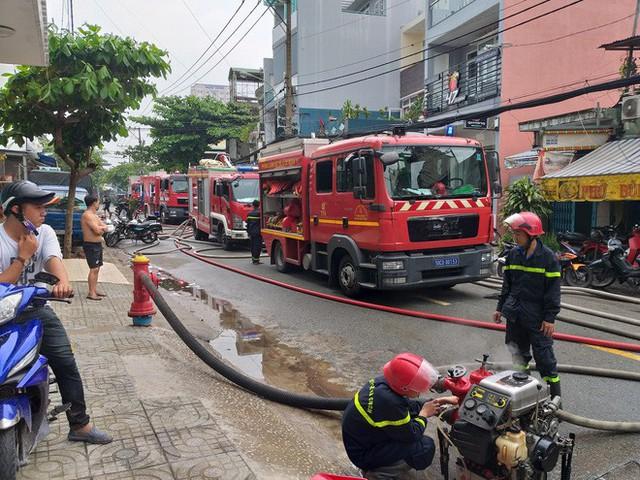 Kho sản xuất bao bì ở Sài Gòn bốc cháy dữ dội trong mưa lớn, thiêu rụi hoàn toàn khu xưởng - Ảnh 1.