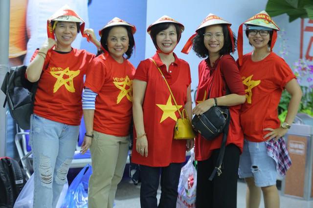 Hơn 300 CĐV bay sớm sang Indonesia tiếp lửa cho Olympic Việt Nam tranh HCĐ - Ảnh 2.