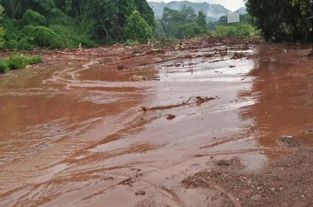 Cận cảnh mưa lũ tàn phá tan hoang, tê liệt giao thông Sơn La - Ảnh 1.