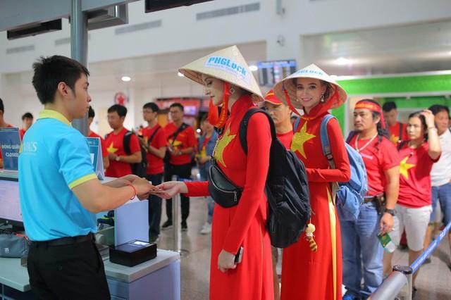 Hơn 300 CĐV bay sớm sang Indonesia tiếp lửa cho Olympic Việt Nam tranh HCĐ - Ảnh 4.
