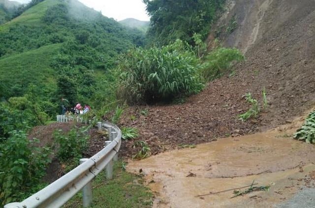 Cận cảnh mưa lũ tàn phá tan hoang, tê liệt giao thông Sơn La - Ảnh 3.