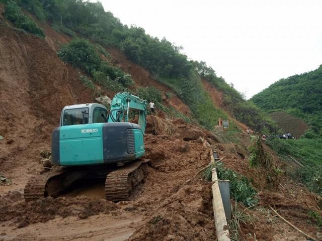 Cận cảnh mưa lũ tàn phá tan hoang, tê liệt giao thông Sơn La - Ảnh 4.